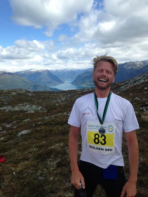 Toppen! Så glad kan man bli av å løpe opp et fjell. Bildet er tatt før nummer 83 så resultatlista og innså at vårens prioritering av mental trening nok ikke var nok til å oppnå perfekt middelmådige resultater.