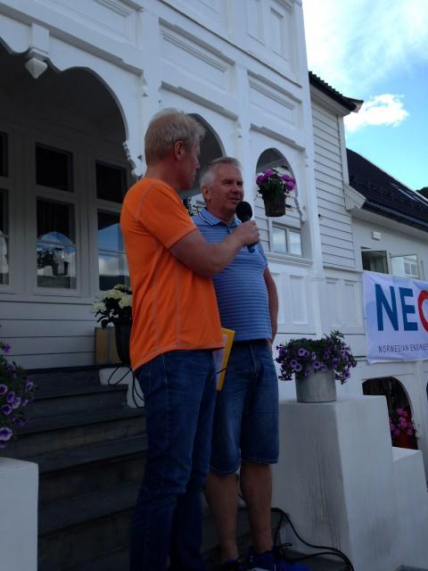 Banksjefen i Luster Sparebank deler ut pengepremier til klassevinnerne.