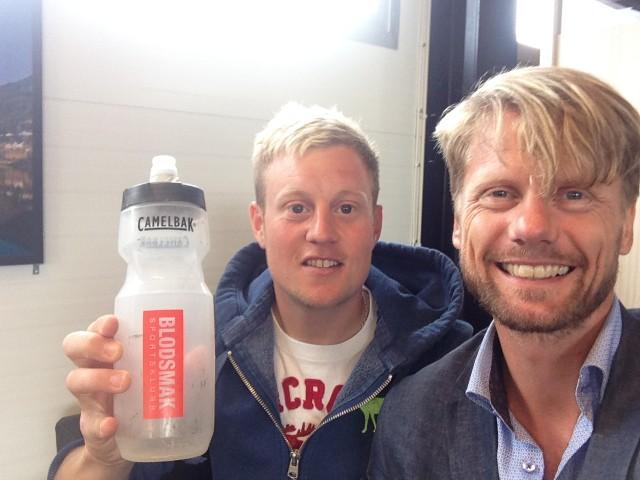 Tidenes raskeste deltaker i Molden Opp, Torsten Tengsareid poserer med Blodsmak-flaske til ære for alle med mer gjennomsnittlige mål og resultater. Den ubarberte mannen til høyre kom rett fra banketten og snek seg med på bildet.